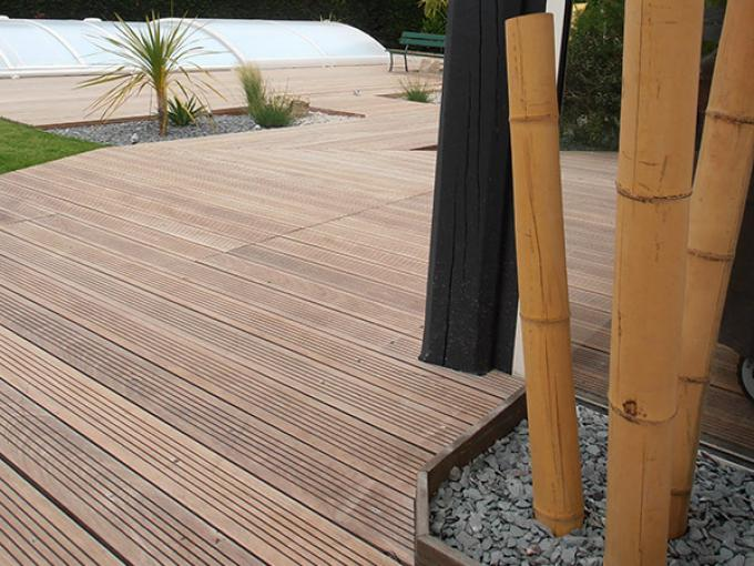 Entourage piscine design st nazaire for Prix terrasse bois suspendue